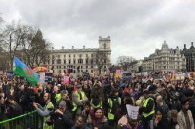 Miles de británicos protestan en Londres contra islamofobia