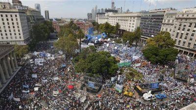 Pese a una multitudinaria marcha de los docentes, el Gobierno se mantiene firme