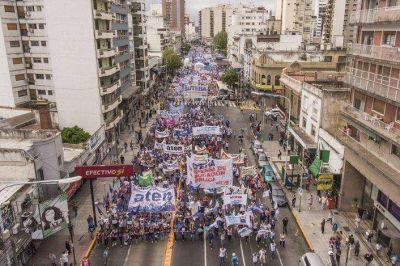 Masiva marcha de docentes con presencia olavarriense