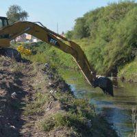 Comenzaron las tareas de limpieza en el arroyo Napostá
