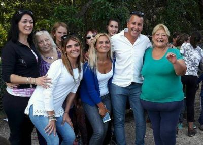 """Azcona llevó guardapolvos y alimentos al comedor """"Dulces Sonrisas"""""""