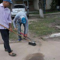 Limpian desagües, alcantarillas y calles para evitar acumulación de líquidos