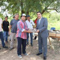 El Intendente de Resistencia entregó herramientas y ropa de trabajo a productores ladrilleros