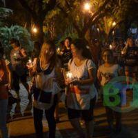 """Los docentes realizaron una marcha de antorchas """"para iluminar la educación"""""""