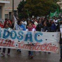 Bajo la lluvia los estatales protestaron contra la Caja de Servicios Sociales