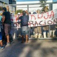 Trabajadores despedidos bloquean la planta de Cresta Roja en Esteban Echeverria