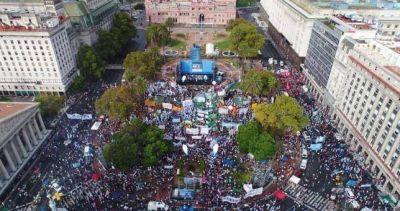 Las CTA llenaron la Plaza de Mayo y pidieron el fin del modelo neoliberal