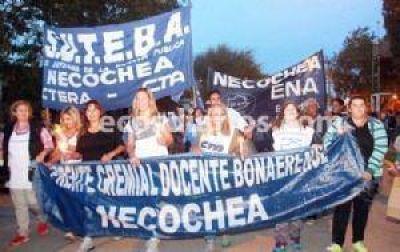 Conflicto docente: paro y marcha de antorchas en Quequén