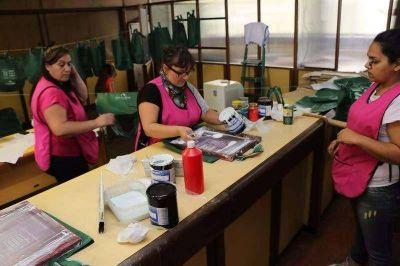 Coopeva tras la fabricación de la primera tanda de bolsas reutilizables
