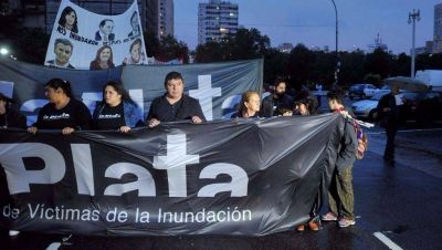 Bajo otra lluvia, vecinos recordaron la tragedia del 2 de abril en La Plata