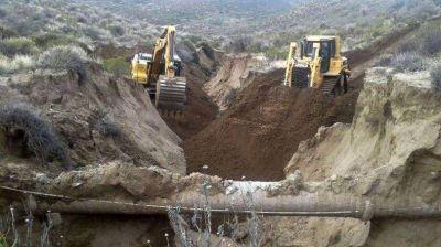 Consolidan caminos y restituyen suelo para poder calzar caños del acueducto