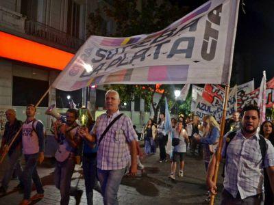 En pos de sostener la lucha, Suteba Multicolor hizo una marcha de antorchas hasta Gobernación