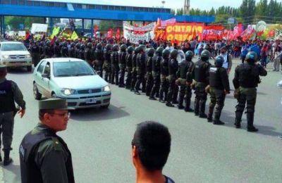 Paro nacional : Hubo tensión entre manifestantes y Gendarmería en Neuquén