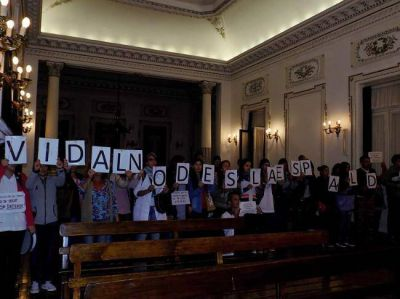 Con protesta gremial y cruces políticos, ratificaron el préstamo para construcción de viviendas