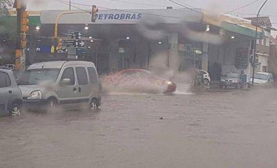 Temporal: calles anegadas y autos bajo el agua en Mar del Plata