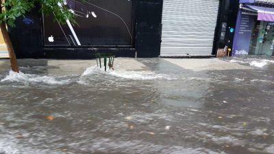 Temporal: Obras Sanitarias informó que la basura tapó bocas de tormenta