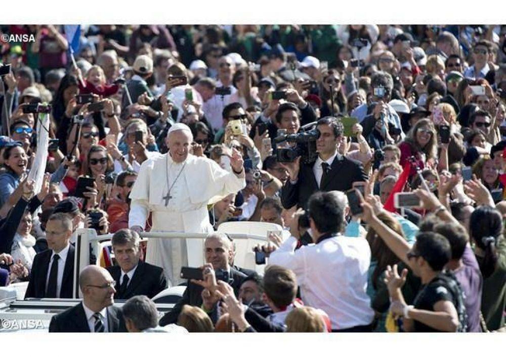 """Catequesis del Papa: """"Quien ama pierde poder, quien dona, se despoja de algo y amar es un don"""""""