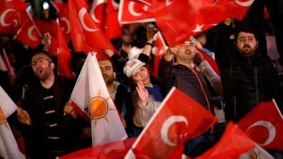 Erdogan ganó el referéndum que le da más poder, pero la oposición lo impugna