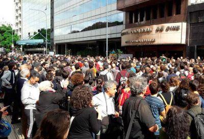 Masiva movilización frente al INCAA en