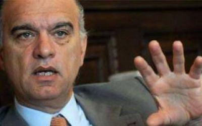 Grindetti dio el aumento a los municipales por decreto
