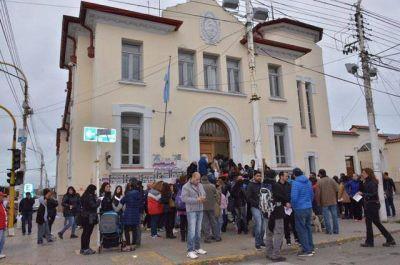 Docentes entregaron telegramas exigiendo el pago de sus haberes