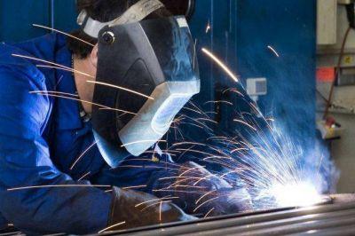 Sin brotes verdes: la producción industrial se desplomó otro 9% en febrero