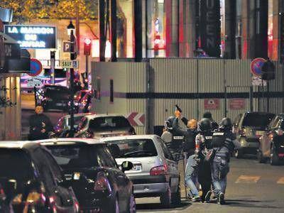 Atacan a tres policías en los Champs Elysées