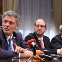 Los senadores insisten con bajar fuerte las comisiones de las tarjetas y el Gobierno resiste