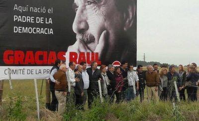 Homenaje de la UCR: Alfonsín, gigante, a la vera de la Ruta