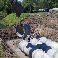 Edifican un puente que unirá los arroyos Santa Catalina y Mugica
