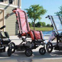 Crearon una silla de ruedas para usar en piletas, playas y parques acuáticos