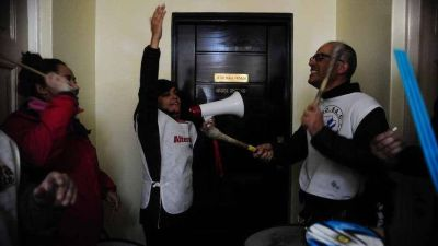 Los docentes toman el Ministerio de Economía de Santa Cruz: