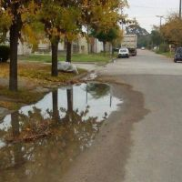 Quejas por una recurrente pérdida de agua en Maipú al 1200