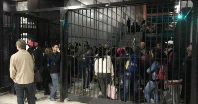 Tras el acto con el Momo, Triaca despidió 30 empleados de limpieza