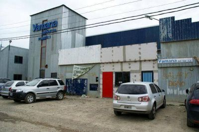 Trabajadores de la textil Yámana se presentaron en la planta y las puertas estaban cerradas