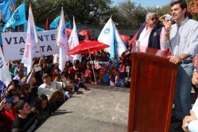 Durante los actos por el día del trabajador, los sindicatos mostraron su apoyo al gobernador