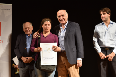 Passaglia debutó 'a lo Passaglia': Entregó escrituras en San Nicolás, junto a su hijo, el intendente