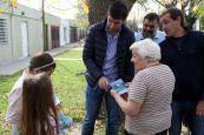 La Plata: Garro y Mosca encabezaron 'timbreo' para dialogar con los vecinos sobre Presupuesto Participativo