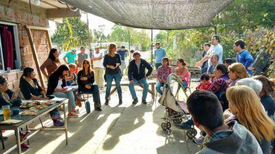 """""""Acá está la patria"""", dijo Florencia Saintout durante su encuentro von vecinos del barrio Los Hornos"""