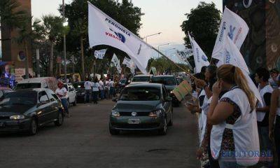 Con carpas y banderas, la campaña invade la costanera
