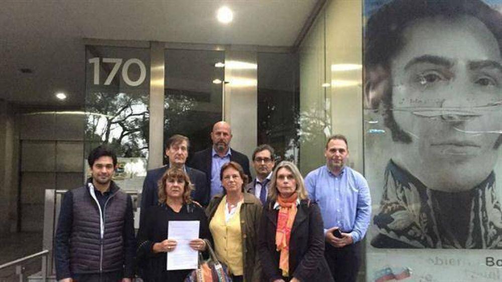 Diputados de Cambiemos presentaron un petitorio ante la Embajada de Venezuela para que se libere a los presos políticos