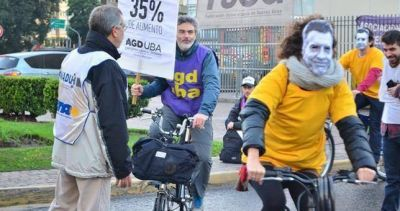 Bicicleteada de docentes de la UBA contra el ajuste
