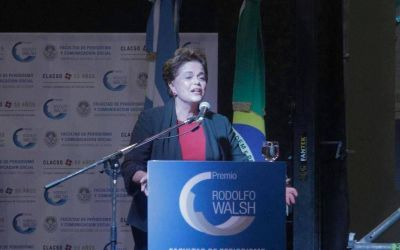 En La Plata, Dilma recibió un premio y cuestionó a Macri