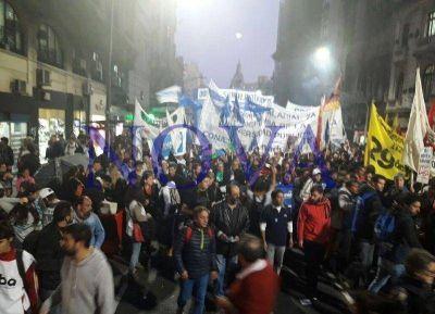 Docentes, investigadores y alumnos se movilizaron en defensa de la universidad pública