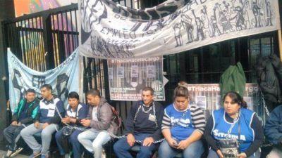 Despedidos se encadenaron en el Ministerio de Trabajo pero Triaca no los reincorpora, amenaza con represión