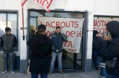 Referente de SITRAIC se encadenó en las puertas del municipio