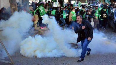 Manifestantes de ATE se enfrentaron a la policía frente a la Legislatura