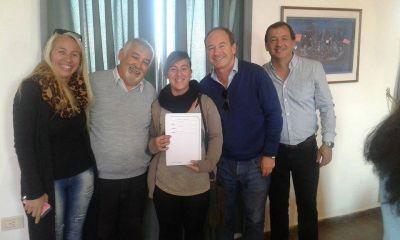 Firmaron el contrato de adjudicación de 100 viviendas en Monte