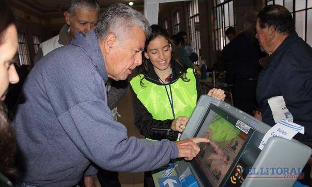 Con algunos altibajos, Capital inauguró el voto electrónico en dos concurridas escuelas