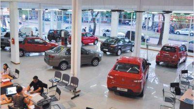 El Gobierno convoca a automotrices y las fuerza a que restrinjan las importaciones